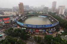 Hujan deras bikin stadion ini jadi kayak baskom isi air, duh!