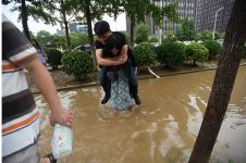 Demi sepatu kulit, gadis ini rela gendong pacarnya terabas banjir!