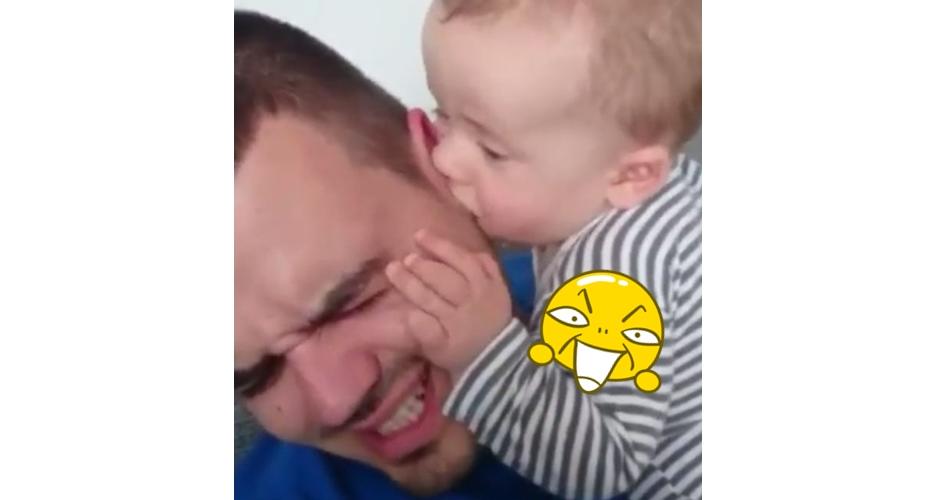 Geli tapi gemes, bayi isap telinga ayah layaknya menyusu
