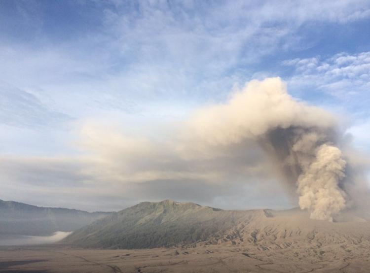Berstatus waspada, Gunung Bromo lontarkan batu pijar!