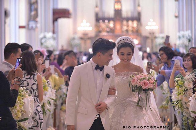 10 Gaun pernikahan artis yang keren abis bisa jadi