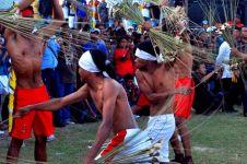 9 Foto tradisi Pukul Sapu di Maluku ini bikin bulu kuduk merinding!