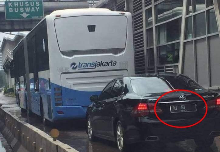 Mobil RI 81 ini terobos jalur TransJakarta, boleh nggak ya?