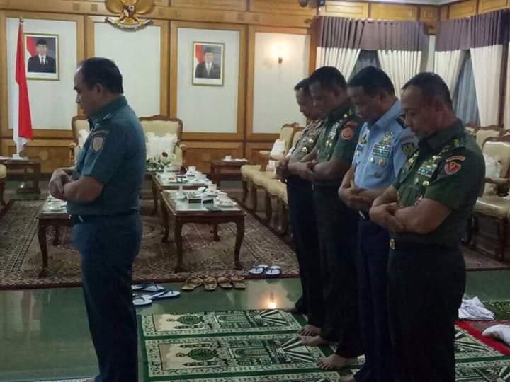 Potret Jenderal bintang empat salat berjamaah ini tuai pujian netizen