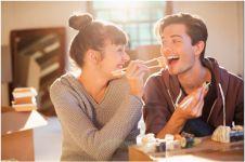 Bukan mata tapi lidah turun ke hati, ini 5 cara kamu naklukin gebetan