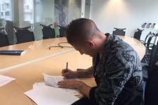 Pemain PSG ini memakai batik saat tanda tangan kontrak, wow!