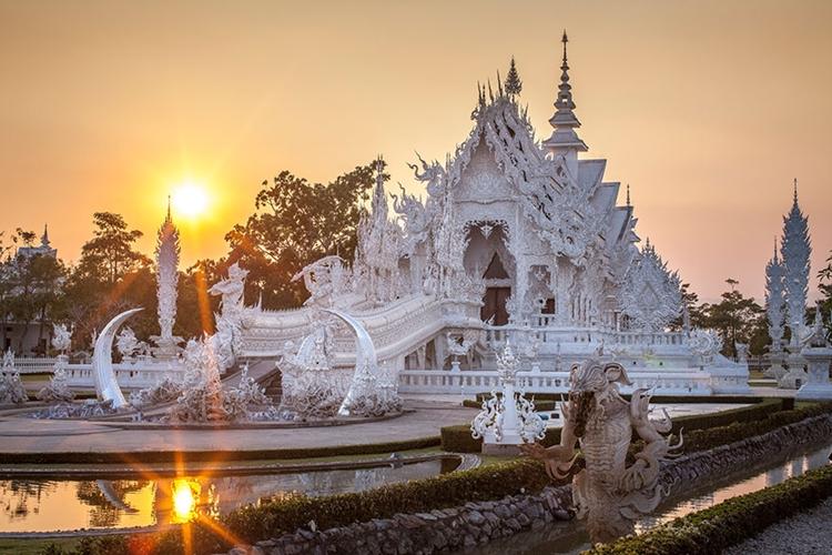 Selain toilet dari 'emas', ini 15 foto kemegahan White Temple Thailand