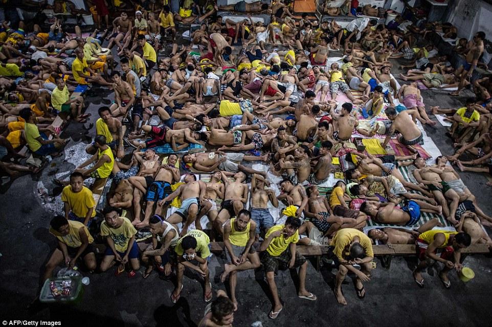 15 Foto kondisi miris penjara di Filipina, satu sel isinya 200 napi!