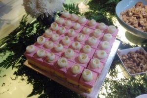 Cake strawberry dan mangga ini cantik banget, bagaimana rasanya ya?