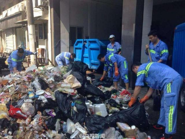 Petugas kebersihan ini 3 jam bongkar sampah untuk cari ponsel, salut!