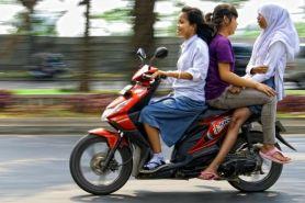 13 Potret remaja bonceng tiga naik motor, duh miris banget deh...