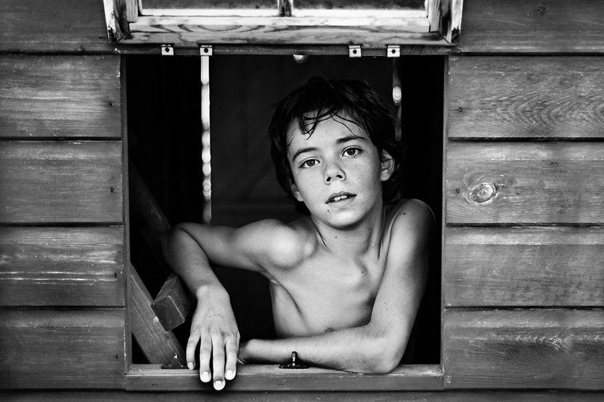 17 Foto Hitam Putih Terbaik Dalam Kontes Fotografi Bertema Anak