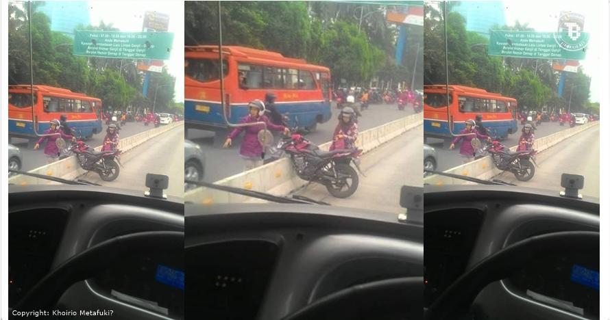 Aksi ibu-ibu naik motor di jalur Transjakarta ini bikin tepuk jidat