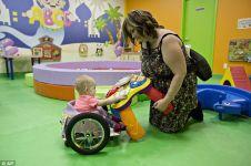 Ibu ini bikin kursi roda khusus untuk bayinya yang lumpuh karena tumor