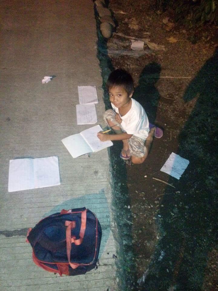 bocah belajar di bawah jalan © 2016 brilio.net