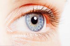 Orang bermata biru & berkulit putih rentan kena kanker mata, kok bisa?