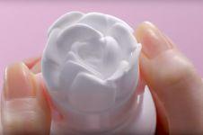 Sabun botolan ini jika dipencet keluar berbentuk mawar, unik banget ya
