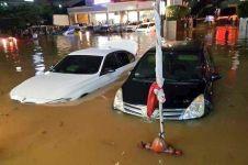 10 Foto Jakarta terendam banjir akibat hujan deras, duh kasihan ya