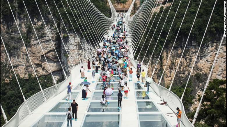 Pengunjung membeludak, jembatan kaca terpanjang dunia ditutup
