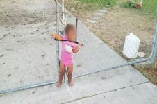 Malangnya gadis ini, lehernya terikat tali di pagar