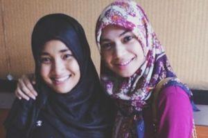 15 Potret beda gaya hijab modis ala Fatin Shidqia dan Indah Nevertari