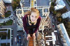 Cewek cantik ini gemar selfie di ketinggian ekstrem, jangan ditiru ya