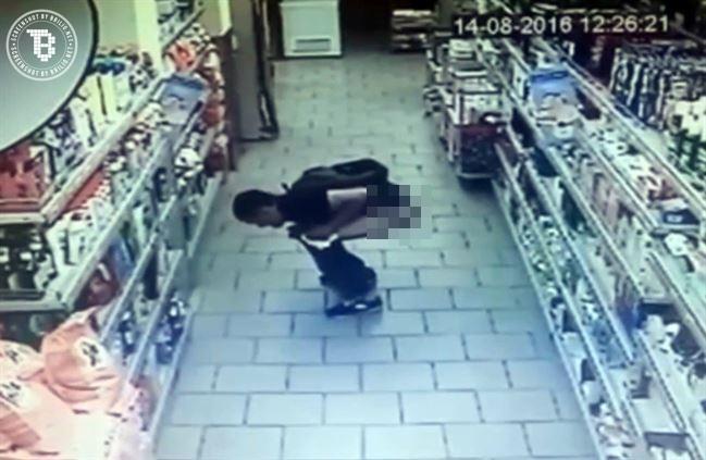 Pria ini tertangkap kamera CCTV BAB di lorong supermarket, iuh!