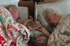 Kakek ini genggam erat tangan istrinya yang tengah menjemput ajal