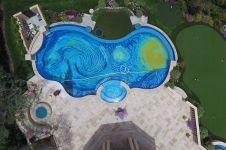 Coba lihat kolam renang ini dari atas, ada gambar tak biasa lho!