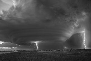 10 Foto hitam putih fenomena badai yang bikin kamu merinding