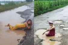 Protes pemerintah, wanita ini mandi dengan air keruh di lubang jalan