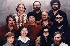 Ini dia foto karyawan Microsoft pertama, tebak Bill Gates yang mana?