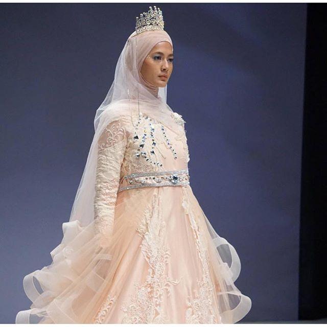 10 Gaun pengantin karya Oki Setiana Dewi cantik menawan