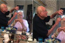 Foto kakek dandani nenek ini bukti cinta sampai mati itu memang ada