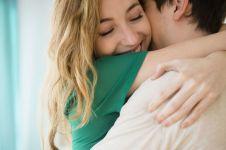 Cowok kudu tahu, 10 tindakan cewek ini artinya lebih dari 'I love you'