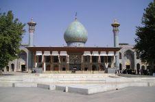 Masjid ini dari luar terlihat biasa, tapi dalamnya bikin terpukau