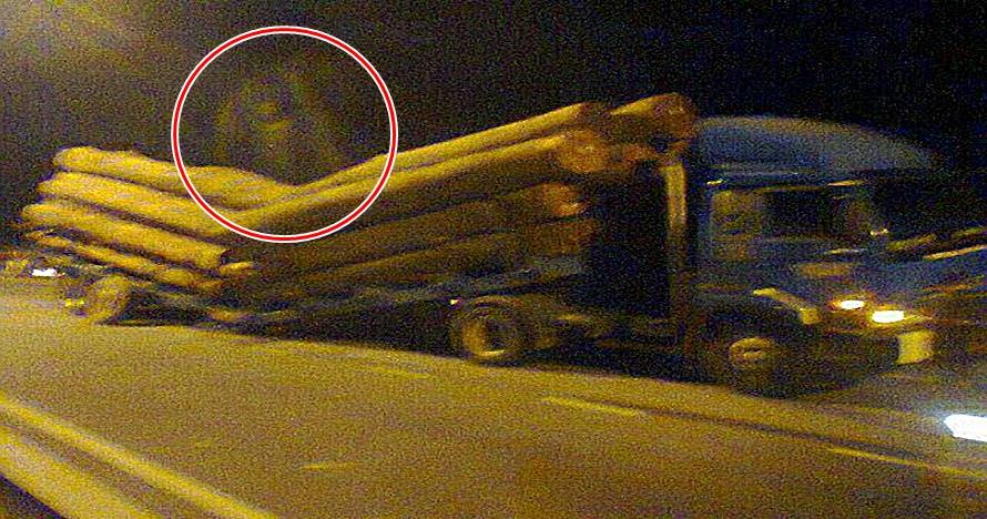 Penampakan mirip genderuwo di atas truk kecelakaan ini bikin heboh