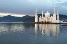 10 Foto keindahan masjid terapung Kayong Utara yang diresmikan Jokowi