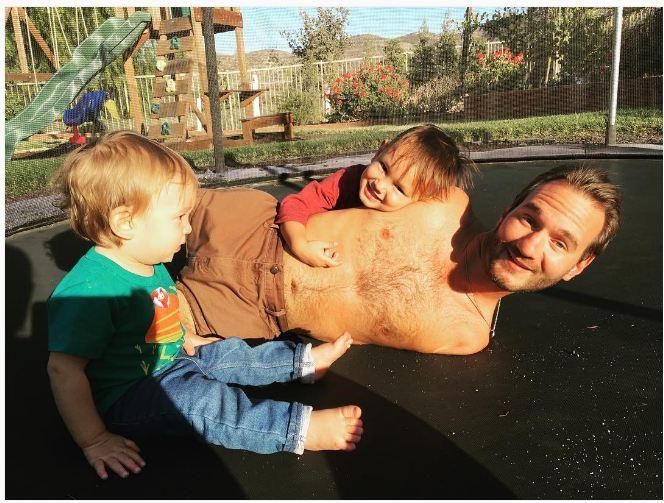 13 Foto harmonis keluarga Nick Vujicic ini bukti cinta sejati itu ada