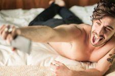 10 Kebiasaan cowok bermedia sosial yang bikin cewek ilfeel