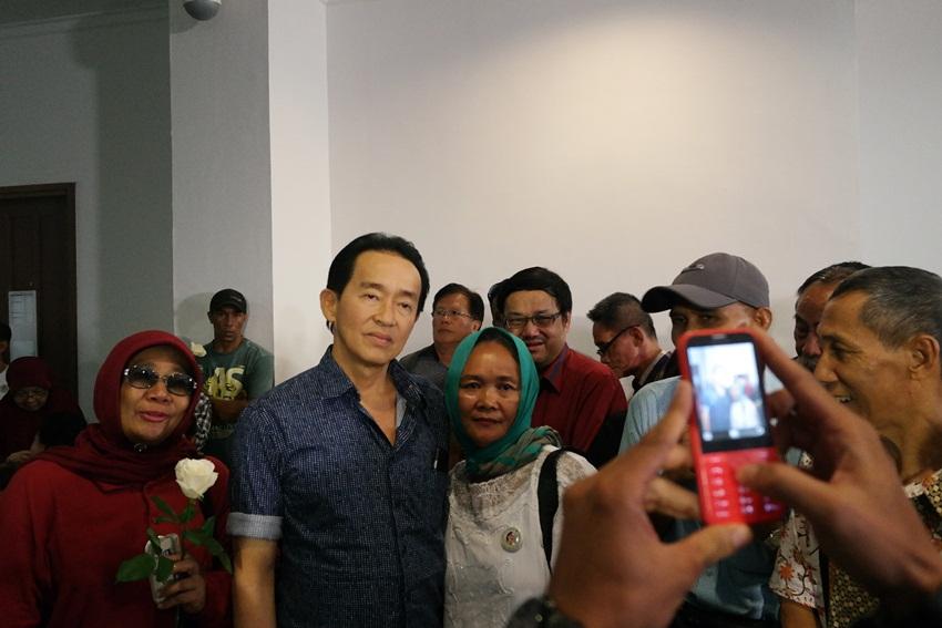 Usir bosan, pengunjung sidang Jessica foto selfie bareng ayah Mirna