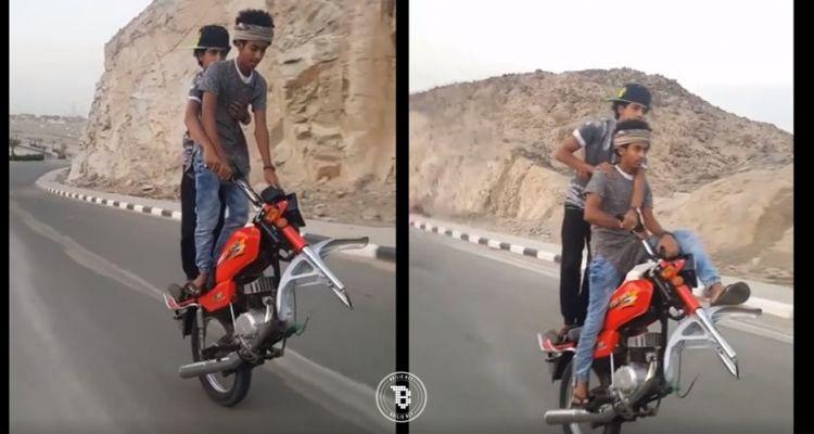 2 Bocah ini aneh-aneh saja, naik motor beroda satu di jalanan