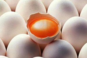 Ini alasan kenapa telur ayam kampung sering dimakan mentah & jadi jamu