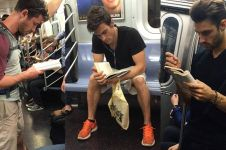 20 Foto mas ganteng asyik baca di kereta, bikin pengen rajin baca