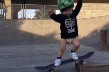Baru berumur 22 bulan, bayi ini jago banget main skateboard, gemes deh