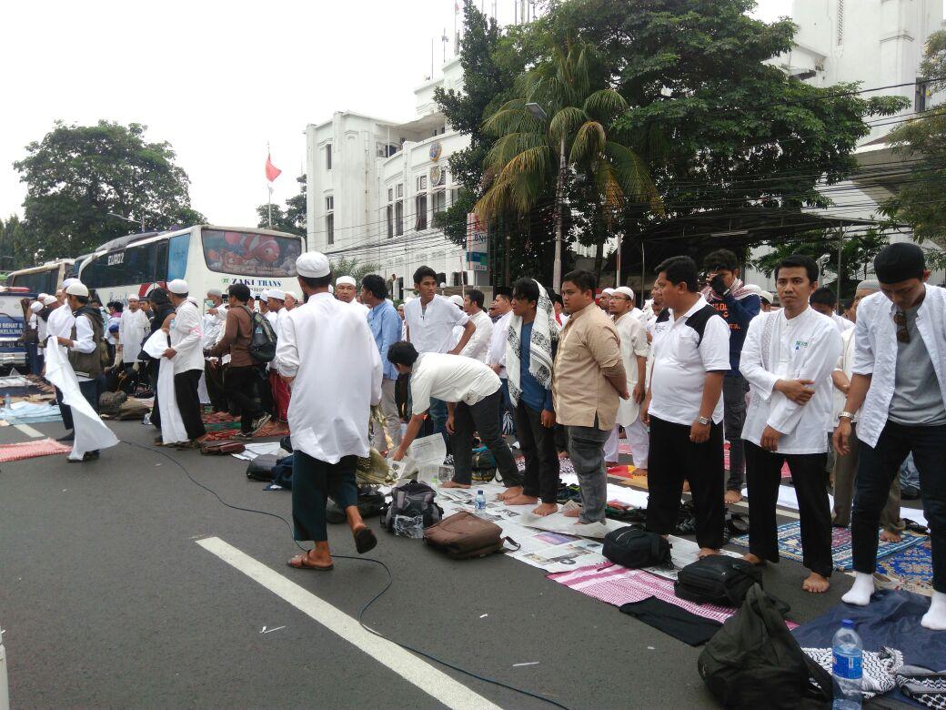Antisipasi demo hingga maghrib, demonstran salat jama' qosor di Gambir