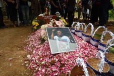 10 Foto haru prosesi pemakaman Hasmi, selamat jalan 'Gundala'..