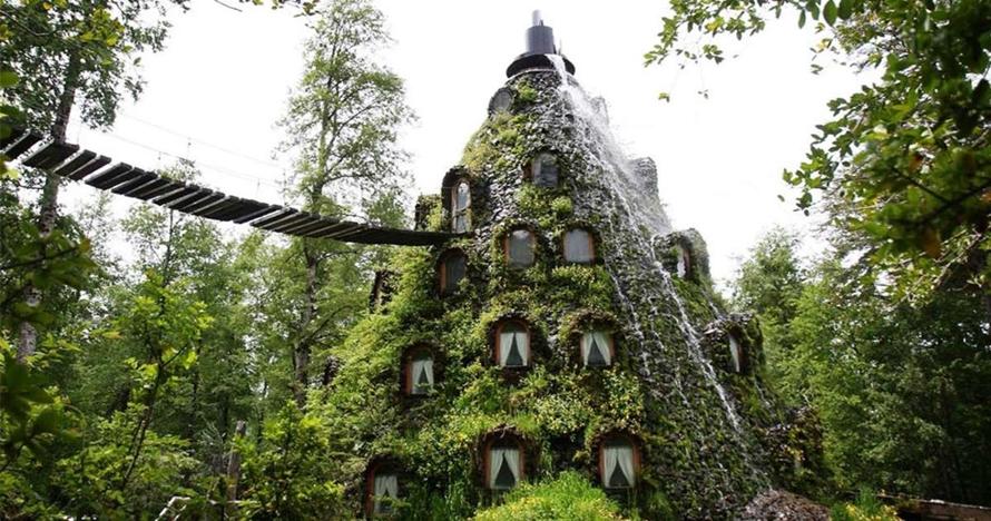 Ajaib, hotel ini letaknya di dalam air terjun dan berbentuk gunung api