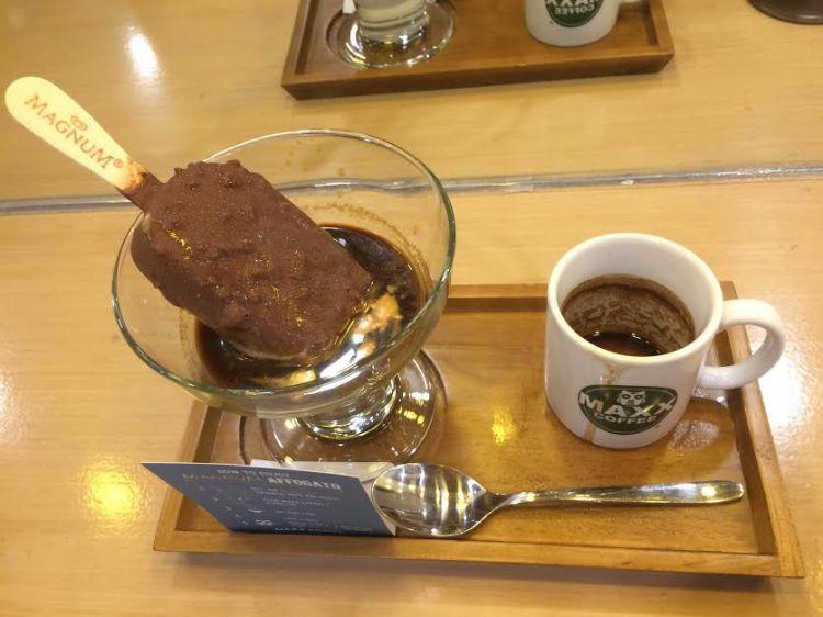 Es krim dengan lelehan saus kopi ini bikin lidahmu bergoyang, mantap