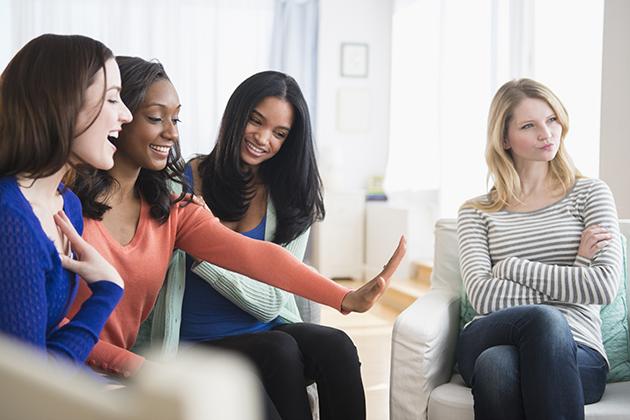 7 Alasan yang pasti dirahasiakan teman saat jauhin kita, kamu pernah?
